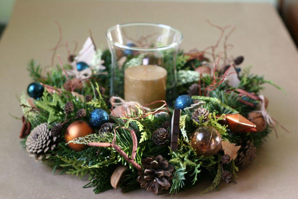 modrý vánoční věnec se svíčkou