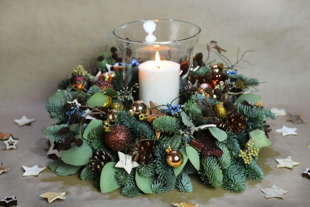 hnědý vánoční věnec se svíčkou