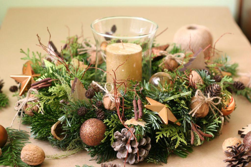 bronzový vánoční věnec se svíčkou