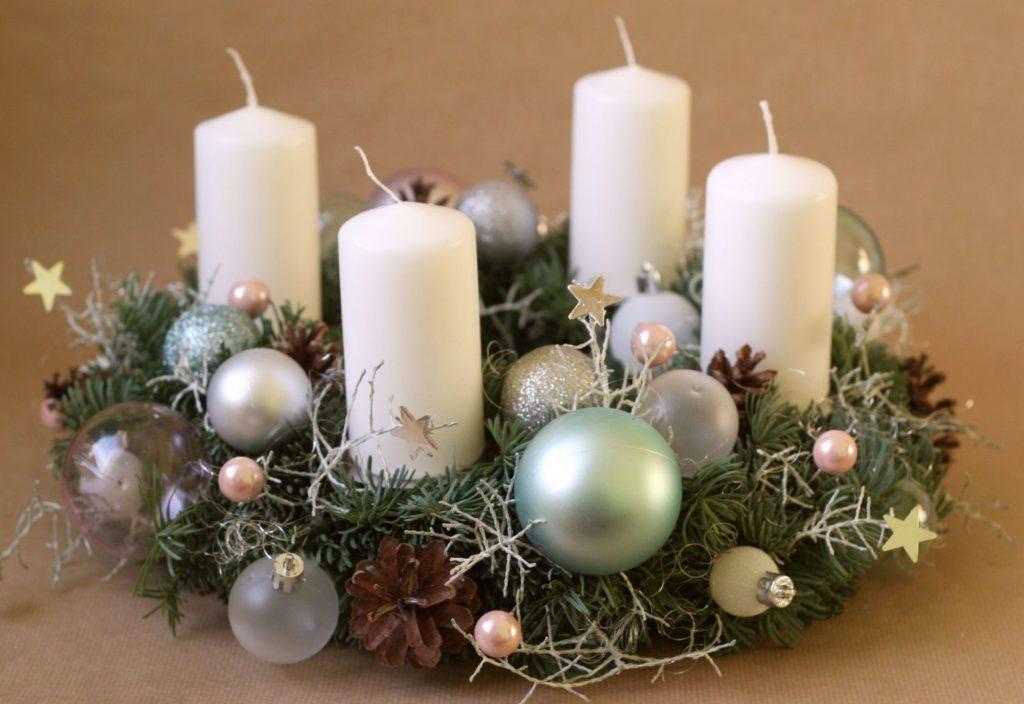stříbrný vánoční věnec se svíčkami