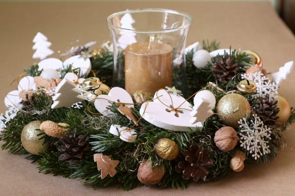 bílý a zlatý vánoční věnec se svíčkou
