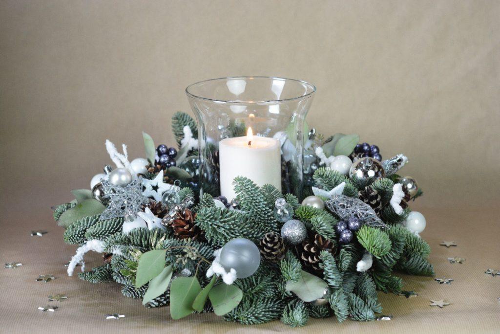 stříbrný vánoční věnec se svíčkou