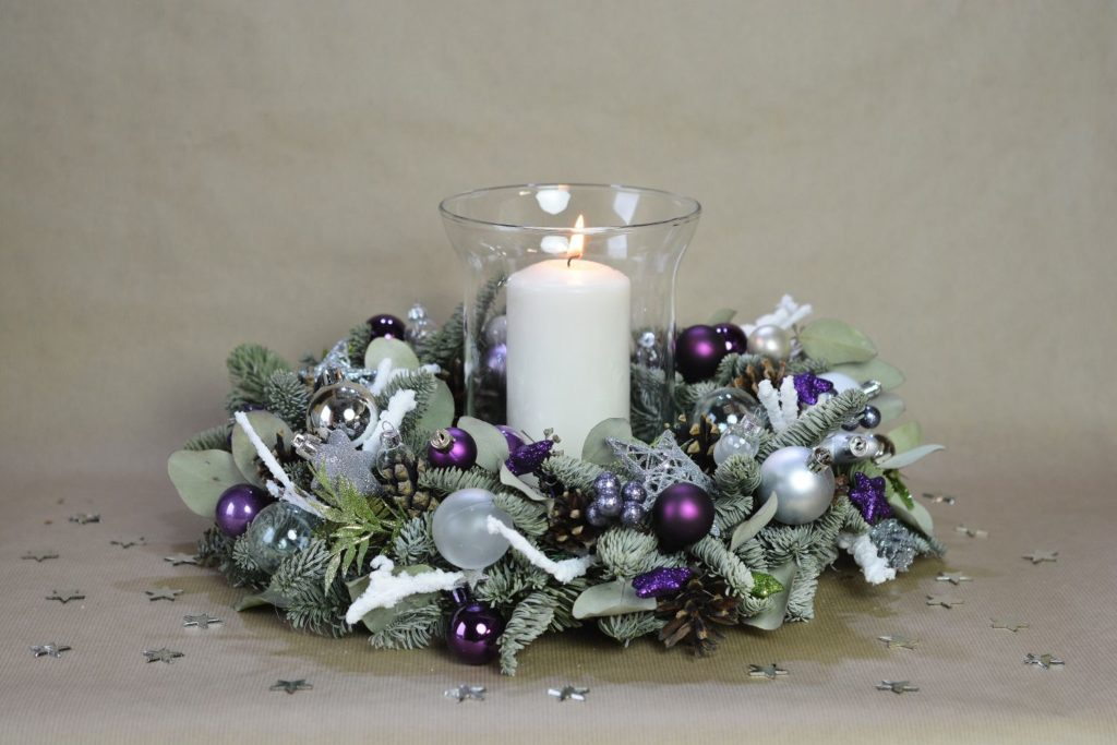 fialový vánoční věnec se svíčkou