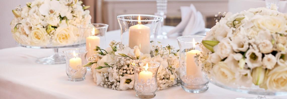 Svatební výzdoba a dekorace - Bílé květiny - Bílá svatební tabule