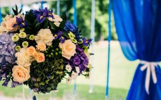 Svatební výzdoba a dekorace - Modrá hortenzie, růžové růže, fialové květiny - Modrá svatební tabule - modro-fialová svatba