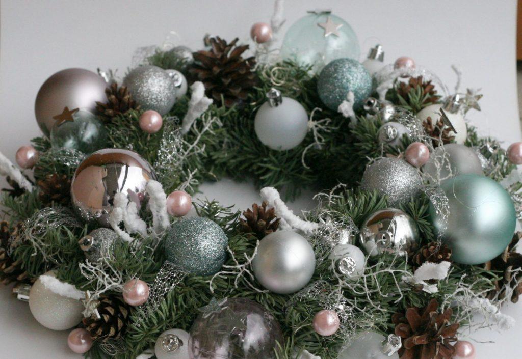stříbrný vánoční věnec