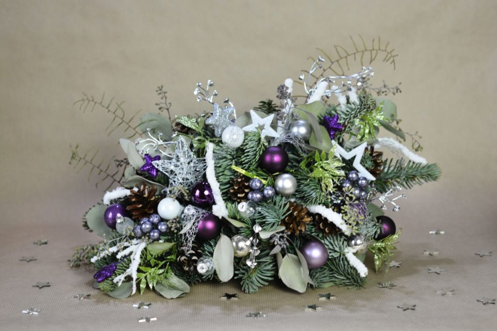 fialová vánoční dekorace