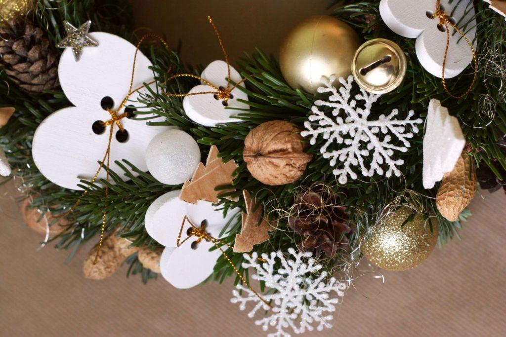 bílá a zlatá vánoční dekorace