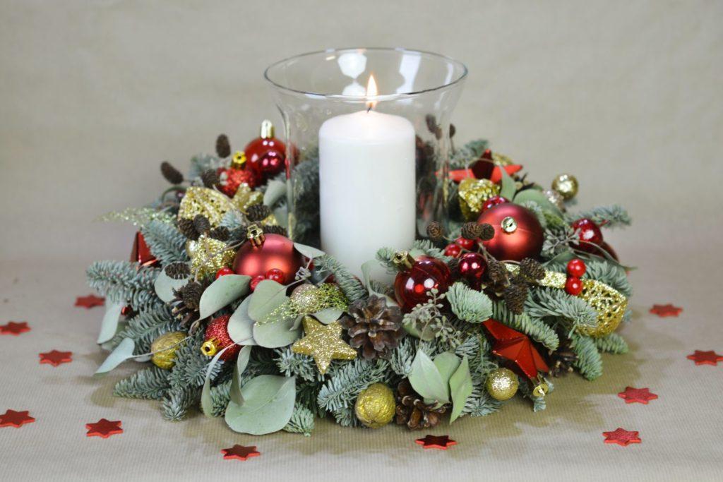 červený vánoční věnec se svíčkou