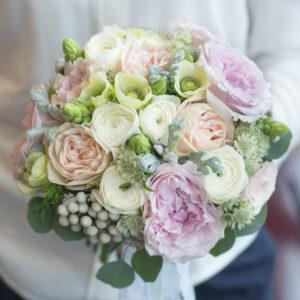 Luxusní svatební kytice pro nevěstu - Růže David Austin, bílý ranunculus, lososové růže, eucaliptus, brunia