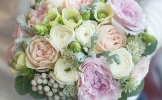Luxusní svatební kytice pro nevěstu - Růže David Austin, bílý ranunculus, lososové růže, eucaliptus, brunia - Pastelová svatba
