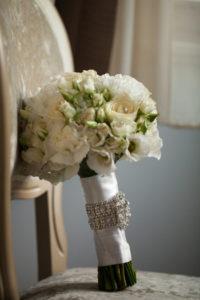 Elegantní bílá svatební kytice - Bílé růže, eustoma, karafiáty - Bílá svatba