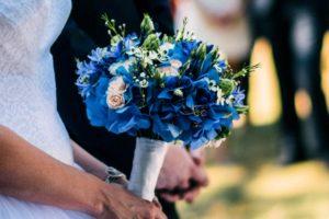 Modrá svatební kytice - Modrá hortenzie, bílé a růžové růže, eustoma... - Modrá svatba