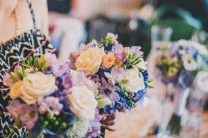 Fialové a modré kytice pro maminky/družičky/svědkyni - Fialová frézie, modrá hortenzie, bílé a růžové růže, eustoma - Modro-fialová svatba