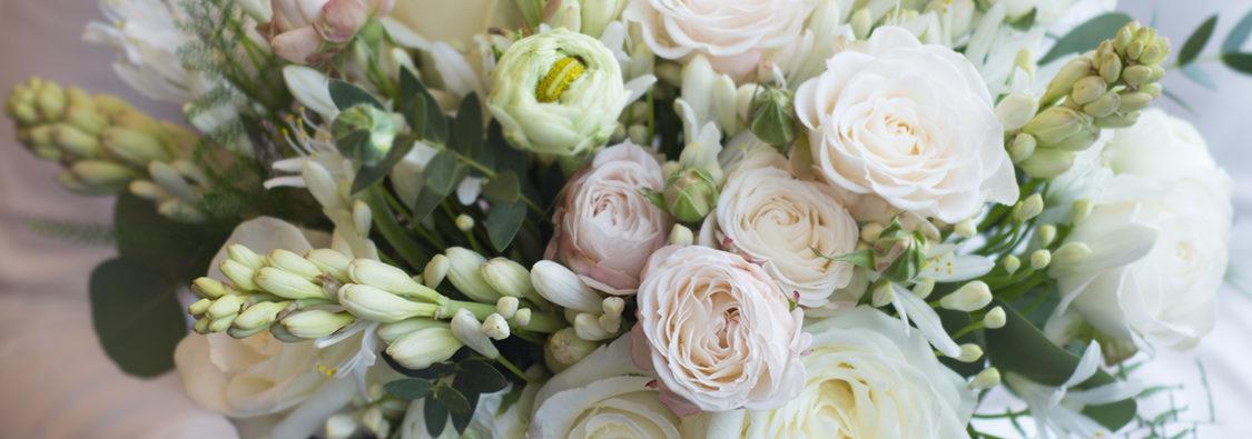 Luxusní trendy svatební kytice - Bílé a jemně růžové květiny, rozcuchaná pastelová svatební kytice
