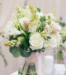 Luxusní trendy svatební kytice - Bílé a jemně růžové růže, rozcuchaná romantická kytice