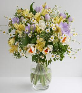 Luční svatební kytice - Fialová frézie, heřmánek, alstromerie, narcis