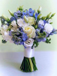 Modrá a bílá svatební kytice - Modrý delphinium, bílé růže, eustoma - Modro-bílá svatba