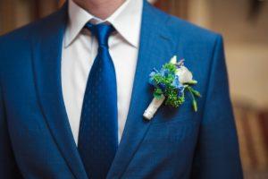 Korsáž do klopy pro ženicha- Modré, bílé, zelené květiny - hortenzie, eustoma, sukulenty, levandule - Modro-bílá svatba