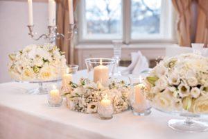 Luxusní bílá svatební výzdoba a dekorace - Bílá svatební tabule - Bílé svatební květiny