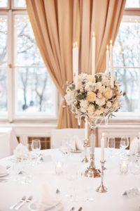 Luxusní bílá svatební výzdoba a dekorace - Vysoký svícen - Bílé květiny - Bílá svatba