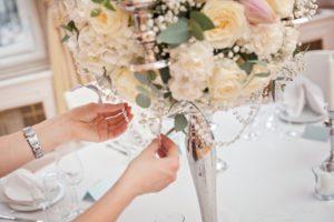 Luxusní bílá svatební výzdoba a dekorace - Vysoký svícen - Bílé růže, hortenzie, karafiáty, eucalyptus - Svatební tabule bílá