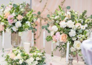 Luxusní svatební květinová výzdoba a dekorace - Romantická svatba - Růže David Austin, bílé, růžové a lososové květiny - Pastelová svatební tabule