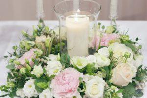 Luxusní svatební květinová výzdoba a dekorace - Romantická svatba - Růže David Austin, bílé, růžové a lososové květiny - Věnec na svatební tabuli