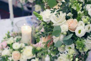 Elegantní svatební květinová výzdoba a dekorace - Romantická svatba - Růže David Austin, bílé, růžové a lososové květiny - Pastelová svatební tabule