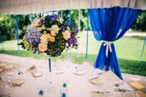 Svatební květinová výzdoba a dekorace - Modrá, fialová, lososová, zelená svatební tabule