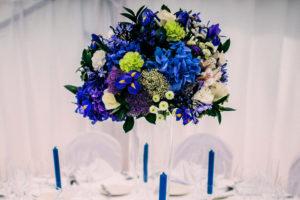 Svatební květinová výzdoba a dekorace - Ozdobená vysoká váza - Modré hortenzie, fialové, bílé a zelené květiny - Modrá svatba