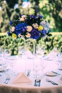 Svatební květinová výzdoba a dekorace - Modré hortenzie, fialové, bílé, zelené květiny - Ozdobená vysoká váza - Modrá svatební tabule