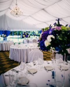 Svatební květinová výzdoba a dekorace - Modro-fialová svatba