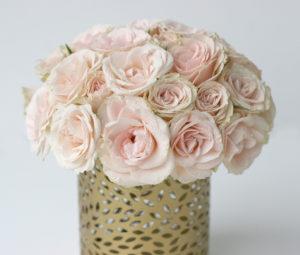 Svatební aranžmá - Jemně růžové / lososové růže - Svatební tabule růžovo-zlatá