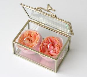 Svatební květinové dekorace - Box / krabička na prstýnky - Růžové pivoňkové růže Vuvuzela