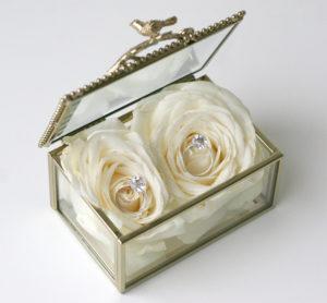 Svatební květinové dekorace - Box / krabička na prstýnky - Bílé růže