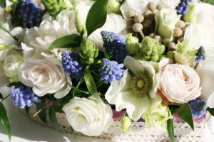 Svatební aranžmá - květinové srdce na svatební tabuli - Bílé, zelené, modré květiny