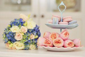 Svatební aranžmá na trendy svatební tabuli - Růžové pivoňkové růže Vuvuzela - Modrá hortenzie a růžovo-bílé růže - Trendy svatba