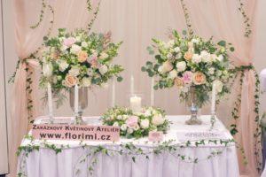 Luxusní květinová výzdoba - Vysoké vazy, věnec a svíčky - Trendy svatba