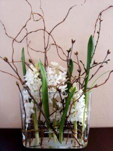 Jarní květinové aranžmá - Bílé hyacinty