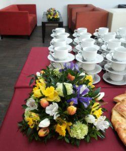 Květinová výzdoba Catering - Žluté, fialové, zelené květiny - Výzdoba stolů