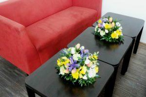 Firemní květinové aranžmá - Květinová výzdoba Catering - Žluté, fialové, zelené květiny